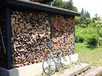 薪棚と自転車