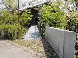玄関アプローチのコンクリート壁1