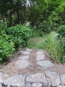 庭の小道の傾斜部分
