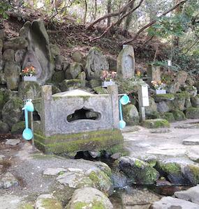 瓜裂清水の湧水と3体の石仏