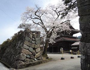 瑞泉寺は城壁に守られたような大寺院
