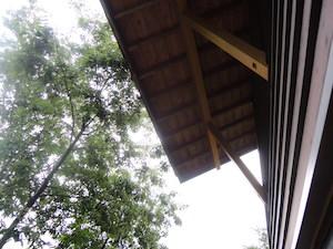 縄文時代の高床式倉庫を模した我が家の軒