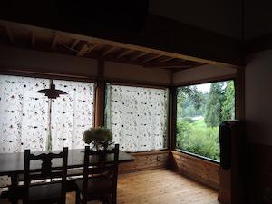 南東側にかけた暖簾