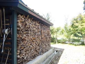1.5シーズン分の薪が収まる薪棚