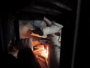 組んだ割り箸に火を移します