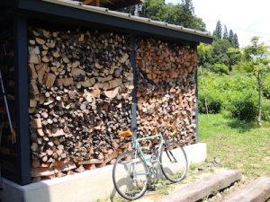 薪小屋と自転車