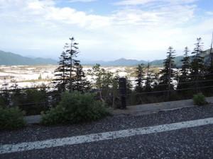 遠くに富山平野が見える
