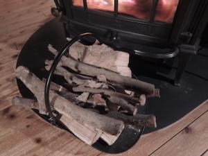 剪定枝を含む薪
