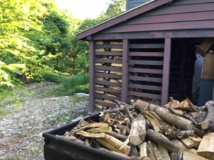 軽トラックで薪小屋に薪運び